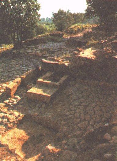 여로보암의 경쟁적인 종교 중심지들 중의 하나는 단이었다. 이것은  단의 유적지 사진이다.  단에서 브엘세바 까지라는 문구는 북쪽 끝에 위치한 단에서 남쪽  끝에 위치한 <A href=